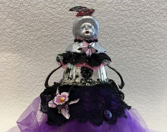 Assemblage Scrap Art Doll, Debutante, Art insolite pour collectionneur, violet, noir, argent, Upcycled Art.Recycled,Green vivant, Outsider Art, RawArt