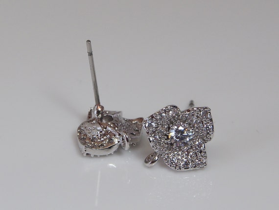 4 pièces argenter - CZ fleur argenter pièces avec acier inoxydable Post, goujon de boucle d'oreille fleur, Cubic Zirconia, boucles d'oreille de poteau, mariée, demoiselle d'honneur SAN15008 e8d637