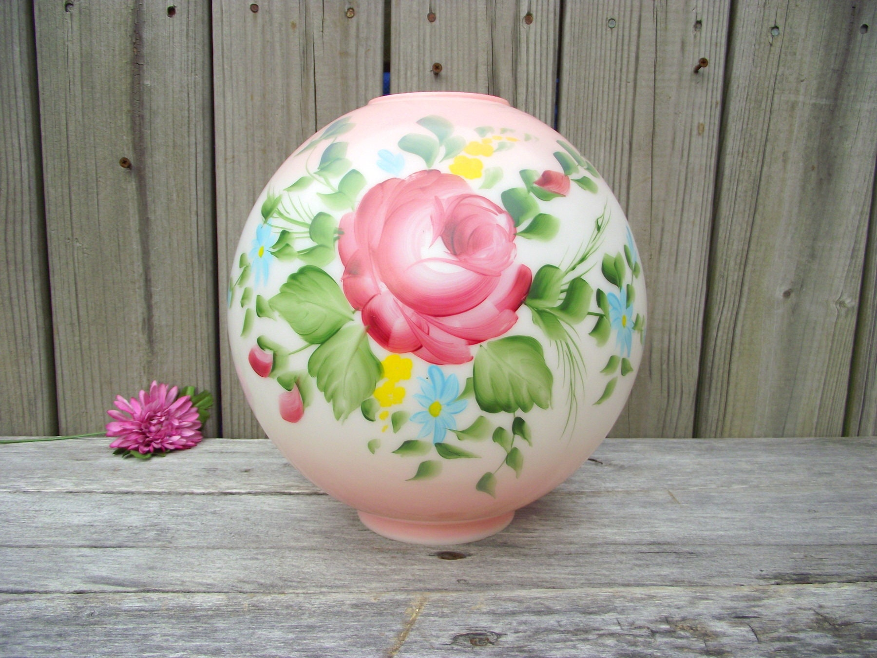 *** VINTAGE GONE WITH THE WIND MILK GLASS LAMP SHADE GLOBE