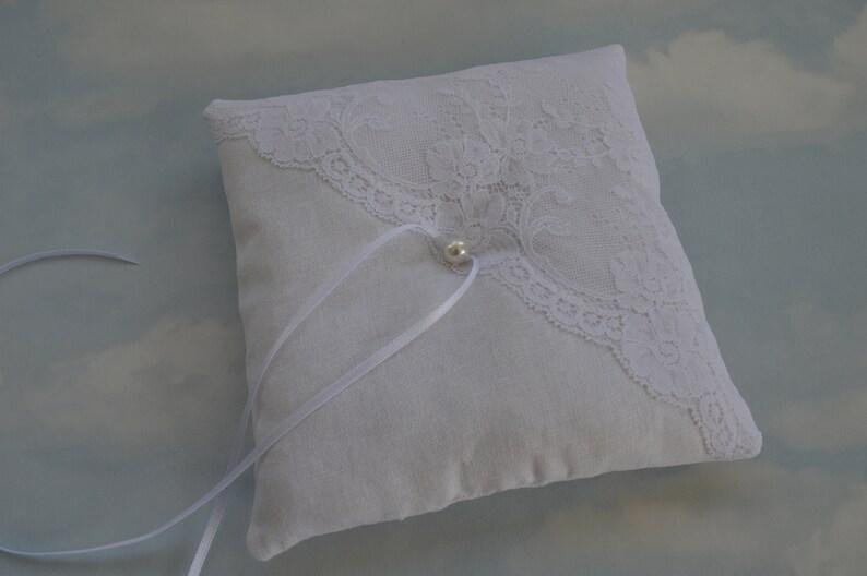 Linen and lace ring pillow Ringkissen Linen wedding ring pillow Off white linen wedding ring cushion