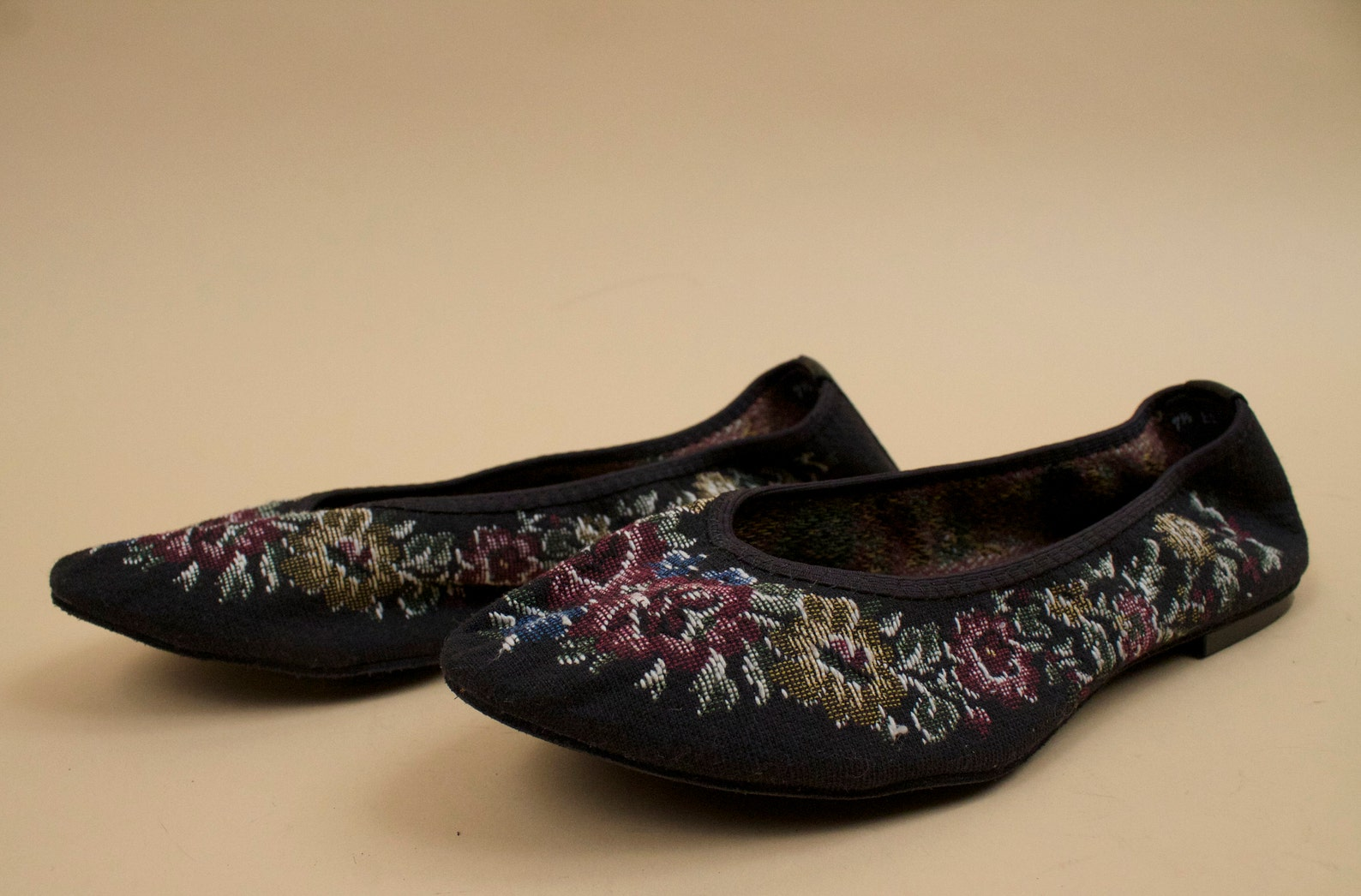 80s vtg black floral needlepoint tapestry ballet flats / cap toe dance casual shoes slipper 7.5 ee [ wide] eu 38