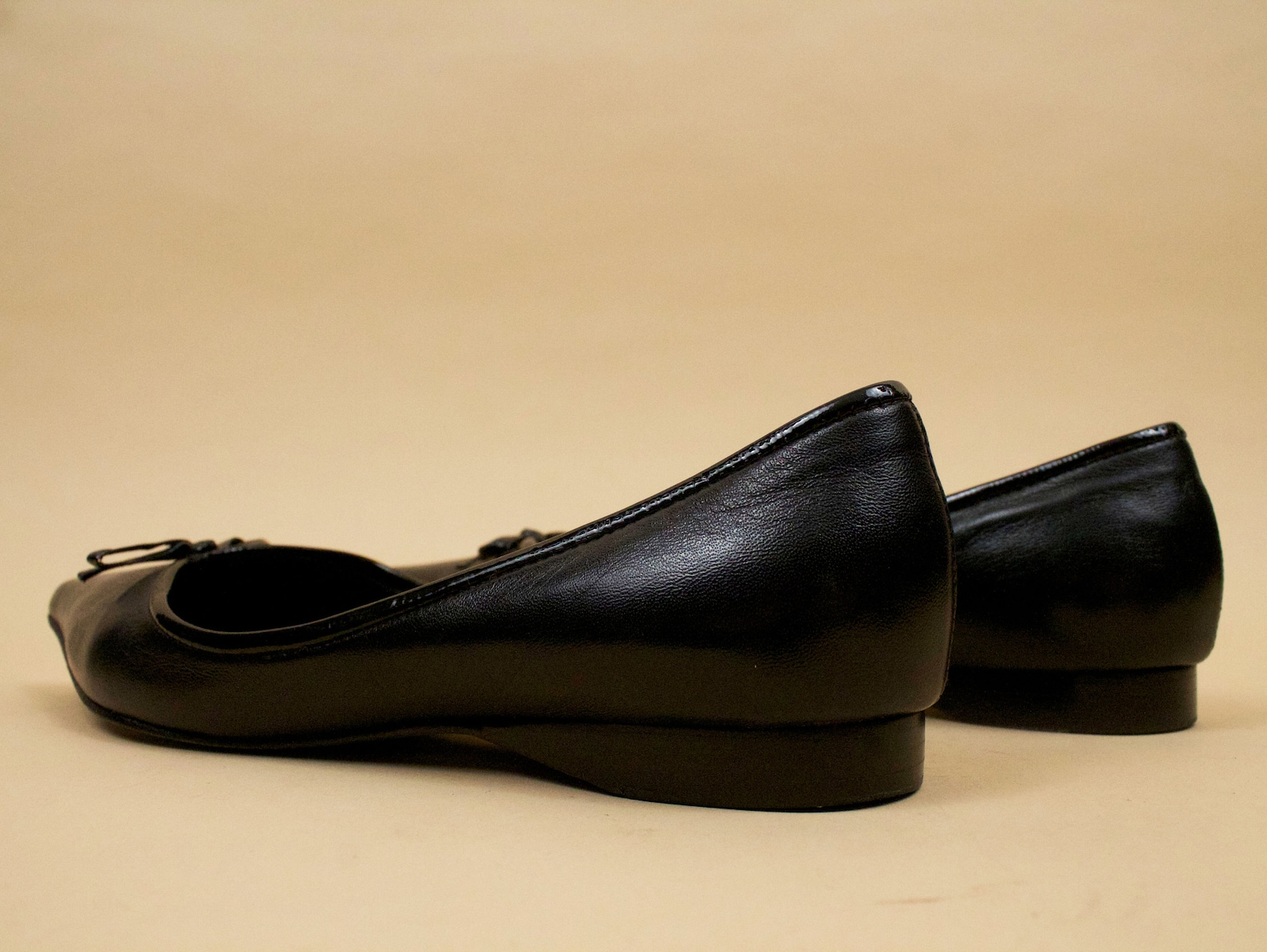 90s does 60s vtg black pointed ballet flats genuine leather with patent bow by arturo chiang / slip on pin up mod 6.5 eu 37