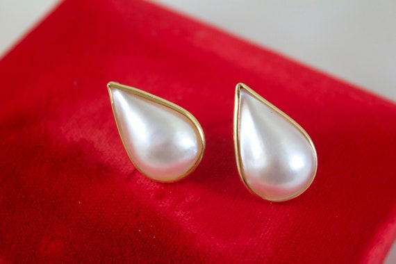14kt Yellow Gold and White Mabe Teardrop Pearl Ear