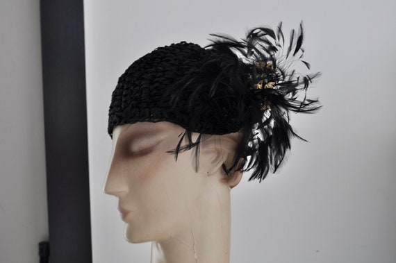 1920s knitted hat with feathers