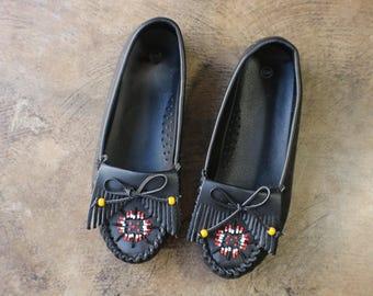 9 W MOCCASINS / Vintage Women's Moccasin Loafer / Black Leather Southwestern Shoes