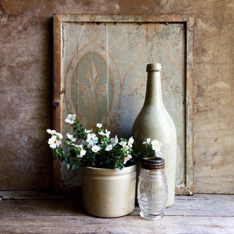 Pot de fleurs et bouteille en grès