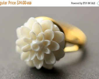 SUMMER SALE White Mum Flower Ring. White Chrysanthemum Ring. White Flower Ring. White Ring. Adjustable Ring. Handmade Flower Jewelry.