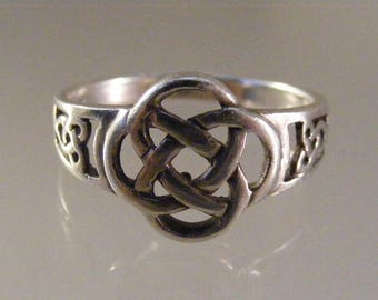 Vintage Celtic Knot  Ring  in Sterling Silver.....  Lot 5675