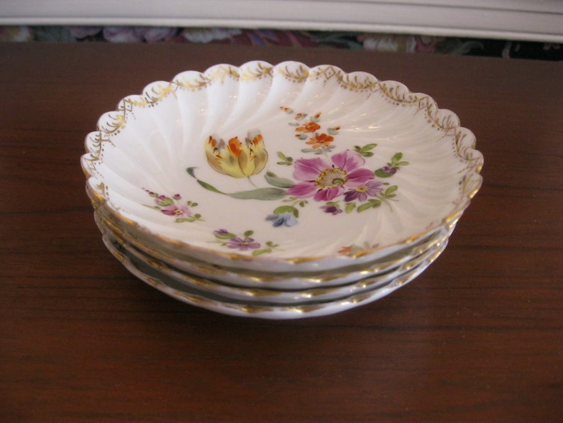 Four 5 decorated white porcelain sauce dishes