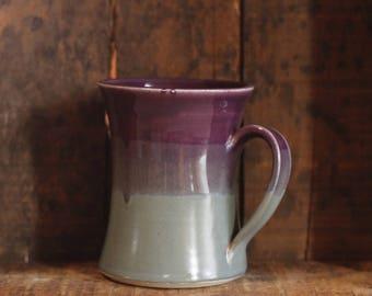 Becher in lila & Pfau von Dorf-Keramik Prince-Edward-Insel PEI