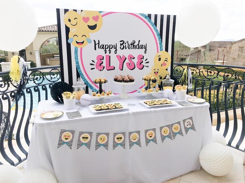 Toile de fond pour une baby shower emoji | A découvrir sur le blog : keepcoolnewmom.com