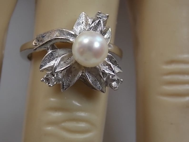 8aa1881a12e9 Década de 1960 perla y diamante anillo diseño de hoja de flor