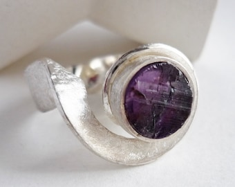 Raw amethyst ring, modern wave crest ring, sculptural silver ring for women violet lovers, gift for daring women