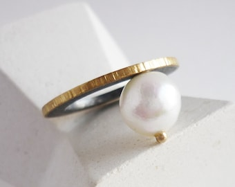 Baroque pearl and gold ring for women, original black silver and white pearl band, modern hammered engagement ring for her