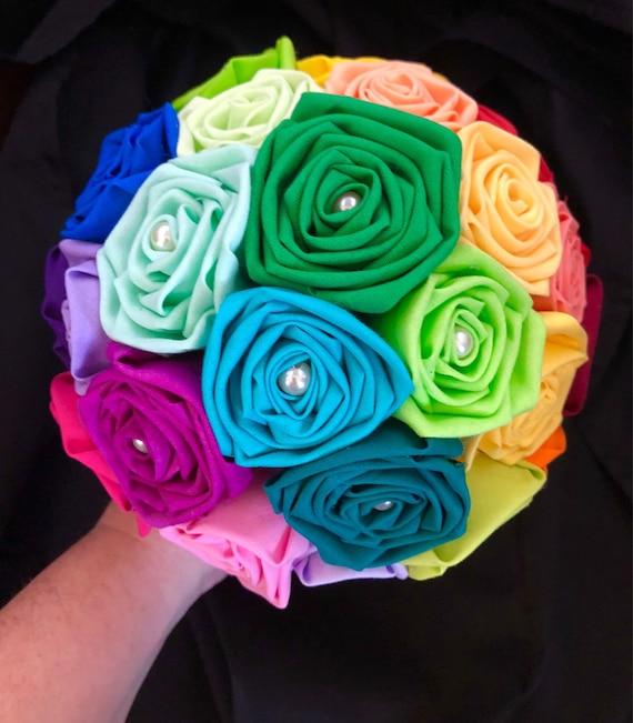 Coiffures de mariage avec des fleurs et des arcs