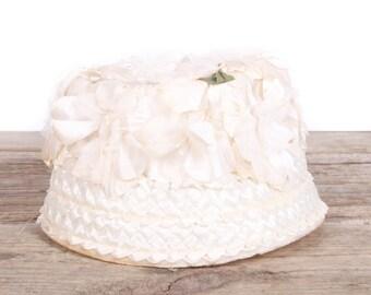 Vintage Women's Formal Hat / Petite White Flower Wedding Hat / Antique Formal Hat / Women's Hat / Womens Hat 40's / White Tool Pillbox Hat