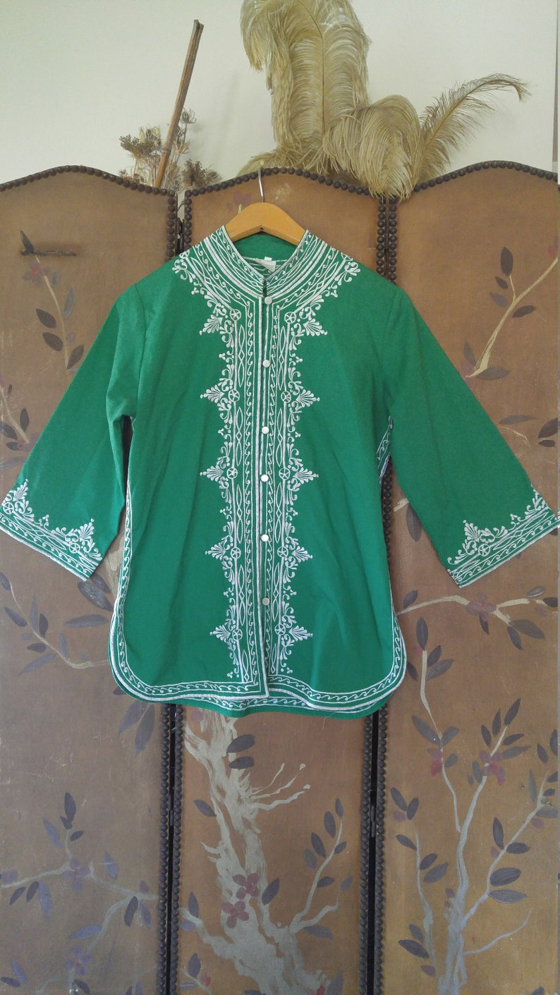 9feabb15d5c7ac 70s green and white embroidered kaftan   Asian style blouse