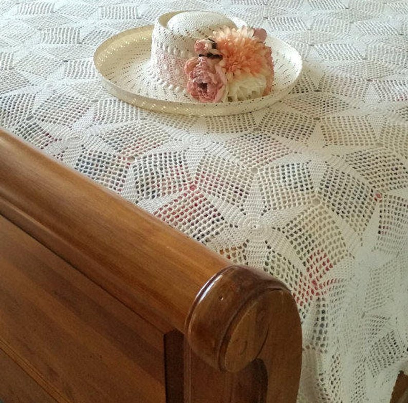 Gorgeous STAR Pattern Beautiful Cherished Condition Vintage QUEEN Ivory Crocheted Coverlet Lovingly Handmade