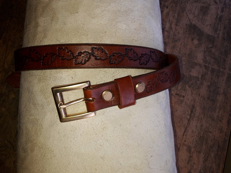 gilt buckle Narrow leather belt with stamped oak leaves