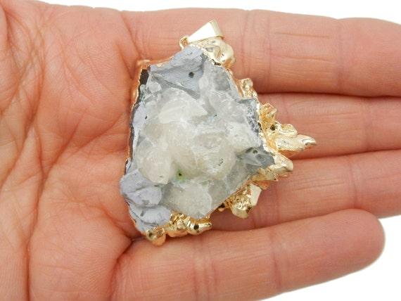 FreeForm Crystal Cluster avec 24 k or plaqué bord et caution - incroyable grand pendentif - unique en son genre (S57B5a-05)