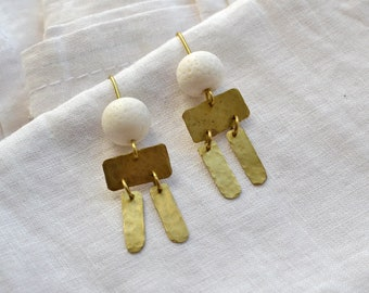 Chandelier earrings with hammered brass elements and reused pearl, upcycling jewelry