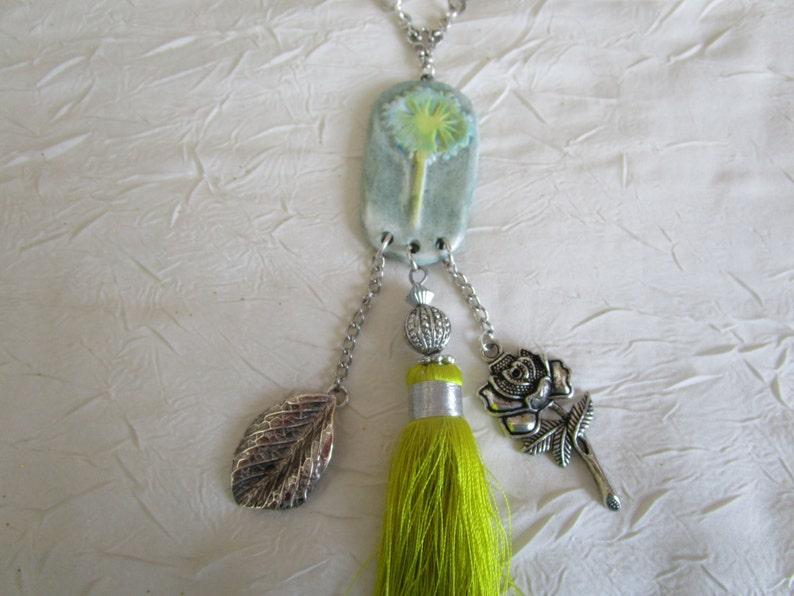 Ravissant collier plastron en perles de verre  et m\u00e9daillon argile Une fleur