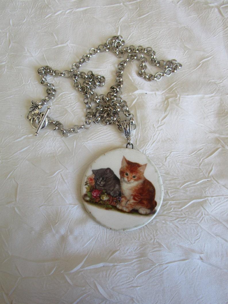 Collier plastron pendentif en c\u00e9ramique,\u00a0\u00ab\u00a0Deux chatons