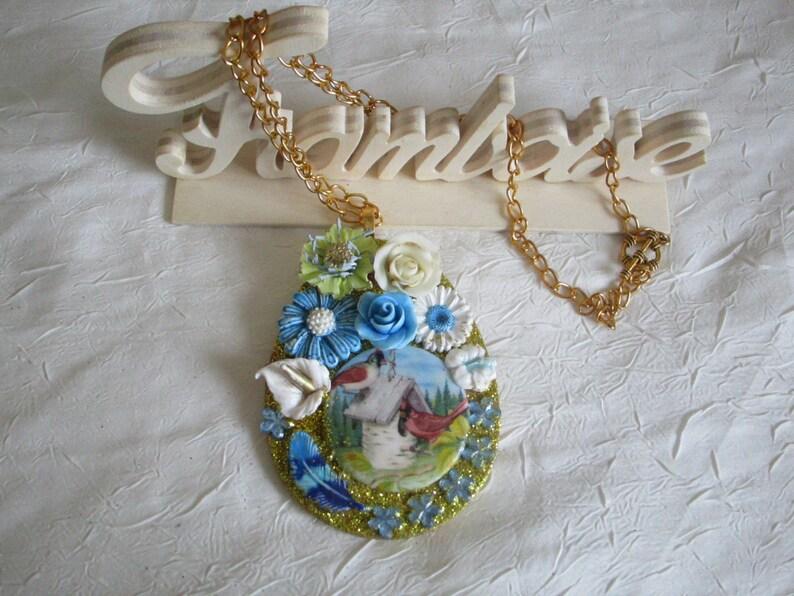 Collier pendentif  Un nid au milieu des fleurs