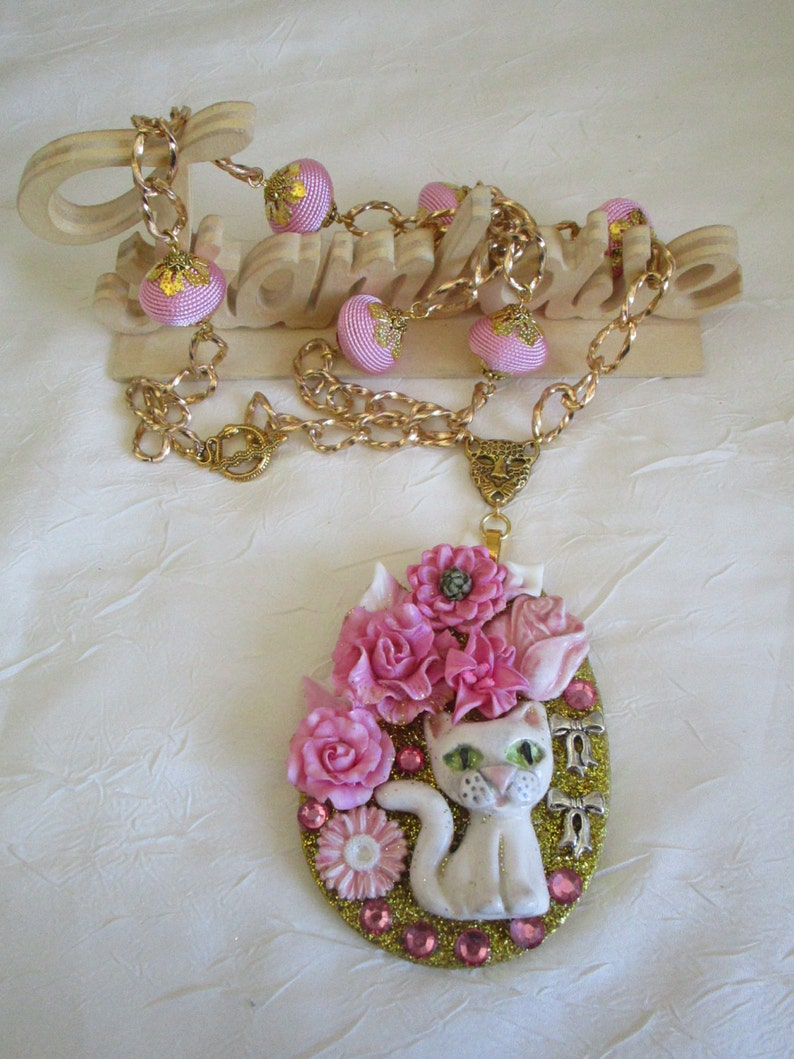 Ravissant collier avec pendentif en bois et c\u00e9ramique Une ravissante petite chatte