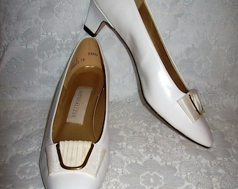 6cb67173aaf49 Vintage 1970s Ladies White Leather Pumps by Naturalizer Size 8 1 2 C A Only  5 USD