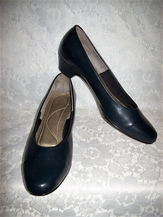 e6745ef16fc Vintage Ladies Navy Blue Pumps Soft Style by Hush Puppies Size