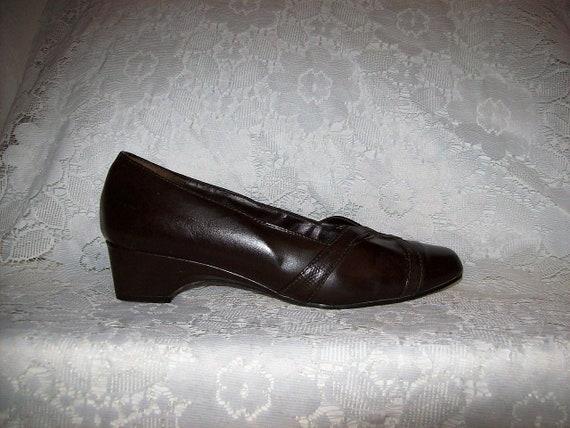 6dfb79e3ab9e2 1 DOLLAR SAlE Vintage Ladies Brown Low Heel Pumps by Mushrooms Size 5 1/2  Now 1 USD