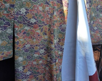 Vintage Japanese light weight floral pattern kimono. Unused with tacking threads. Very good condition.