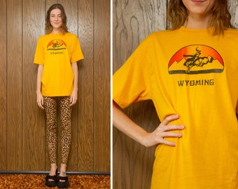Vintage 70s 80s Mustard Gold Yellow Red Orange Sunset Rainbow Wyoming State Cowboy Rodeo Novelty T-Shirt Short Sleeve Shirt Mens Top M L XL