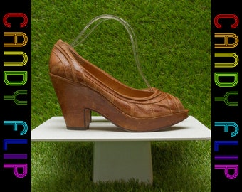 Vintage 90s y2k 70s Boho Vibes Frye Shiny Leather Cognac Tan Light Brown Classic Thick Heel Open Toe Platform Hippie Wedge Heels 9.5 B