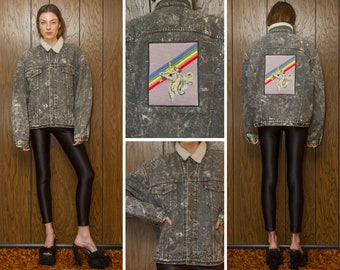 Vintage 80s Gray Levis Acid Wash Sherpa Lined Needlepoint Embroidered Pastel Rainbow Unicorn Back Patch Denim Jean Jacket Button Up Coat XL