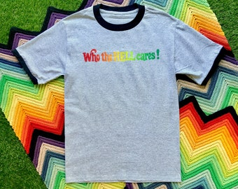 Vintage 90s Unisex Gray Black Rainbow Who Cares Ringer Crewneck Heat Transfer Word Graphic Novelty Thick Cotton Short Sleeve T-Shirt M L