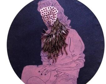 cadre reliquaire bombé vintage linogravure inspiration érotique imprimé sur cuir à l'encre à l'huile et rebrodée avec sequins et perles