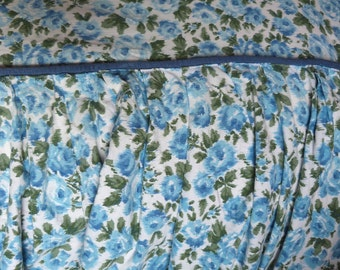 Lit de couvre-lit couvre-lit Français Vintage jet spread w roses bleus décor floral tissu Boussac w installation, vintage Français linge de lit literie