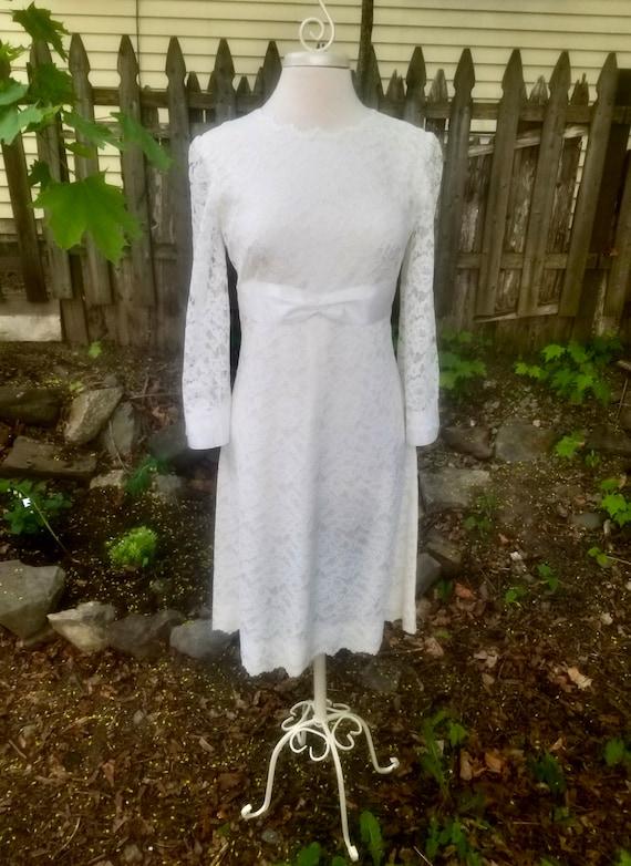 Vintage 1960s Short Ivory Lace Wedding Dress- Mod… - image 2