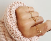 BALL CHAIN RING // Thin chain ring with tiny pendant
