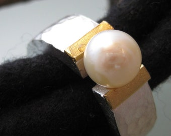 Silver ring with gold and sweetwaser pearl