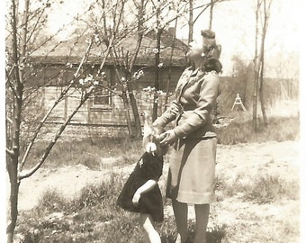 """Vintage Photo """"It's A Bird, It's A Plane"""" Looking Up Mother & Daughter Original Found Vernacular Photograph"""