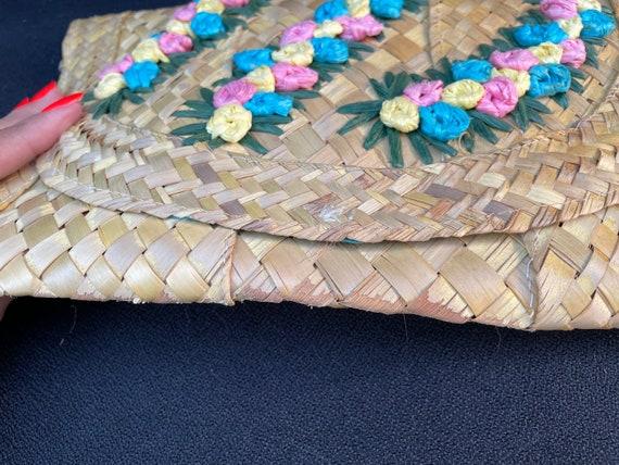 Vintage tiki 1950s woven straw 3D flower clutch p… - image 10