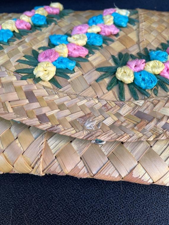 Vintage tiki 1950s woven straw 3D flower clutch p… - image 4