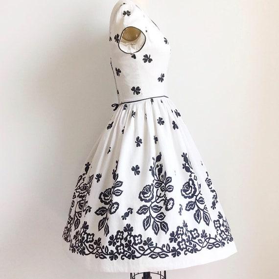 Vintage 50s Black and White Cotton Rose Border Pr… - image 5