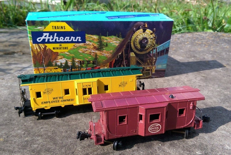 2 Vintage Athearn model train HO cabooses - bay window caboose CNW #1289 in  original box and bonus Mar NY Central bay caboose