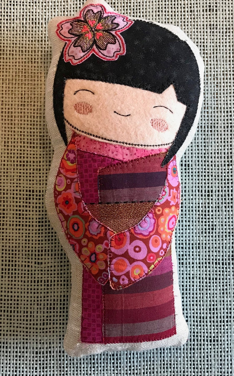 14 to 27 cm Kokeshi 4 sizes in 2 variants flower or butterfly KOKESHI Fabric DOLLS 8 designs Japanese inspired Appliqu\u00e9 Dolls ITH