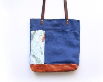 Bolso tote de lino y pilel azul con estampado botánico de flores