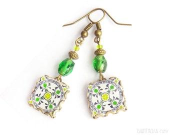 Pendientes con diseño floral en forma de azulejo. Verde manzana, gris y blanco   Pendientes con arabesco